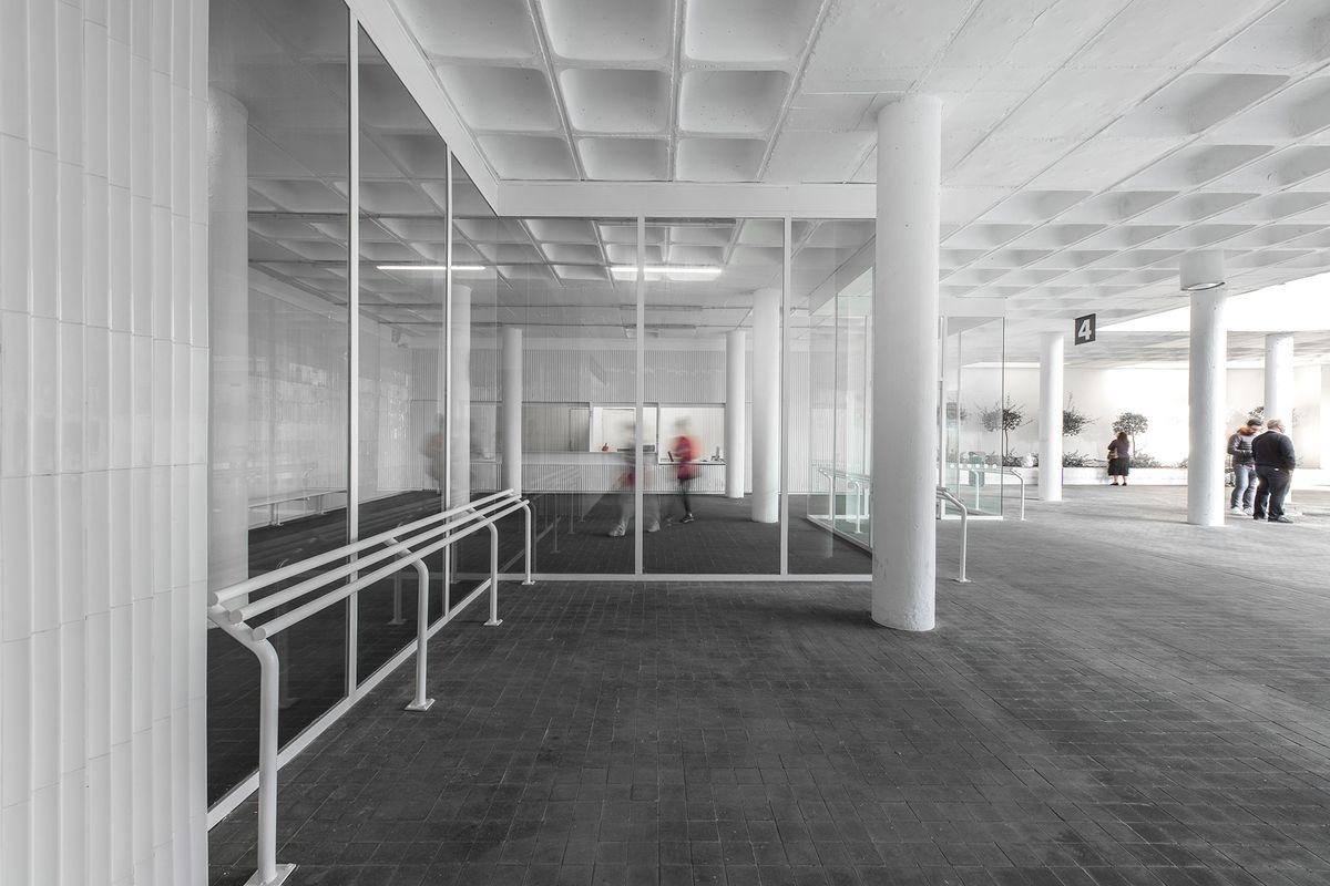Tile of Spain Award: En busstation af porcelæn og en keramisk kjole