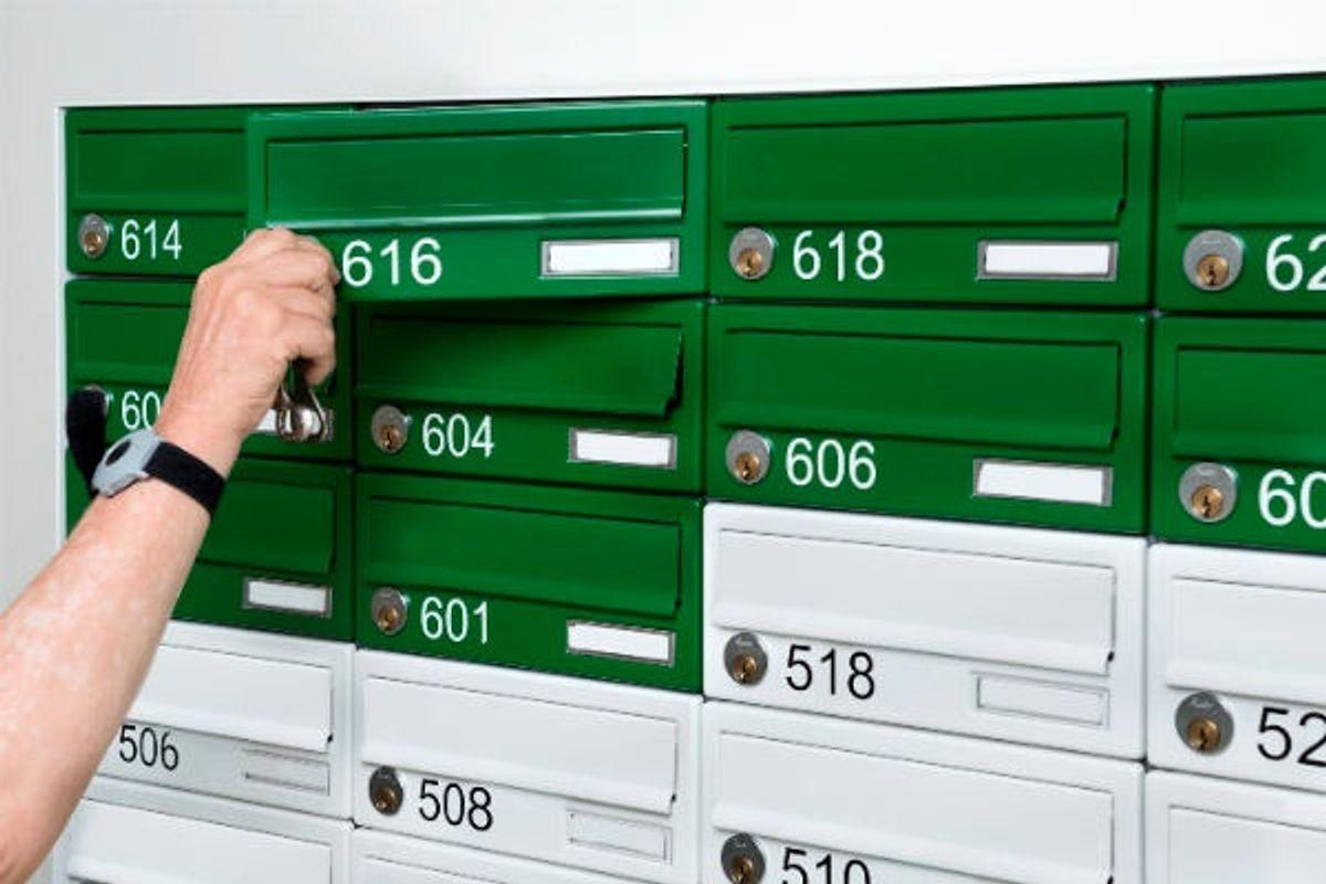Farverige postkasser til plejecentrets beboere