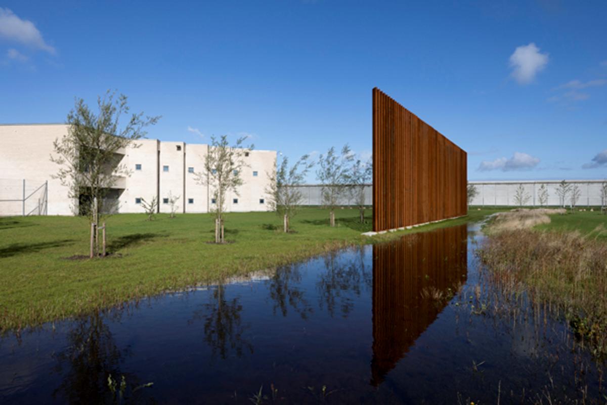 Storstrøm Fængsel af C.F. Møller: Indenfor murene