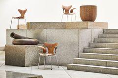 Arne Jacobsens luksuriøse Liljen-stol introduceres i jubilæumsudgave