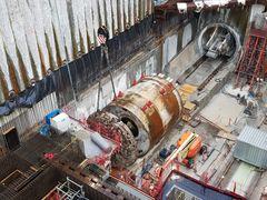 50 tons borehoved til tunnelboremaskine på metrobyggeriet hejset op