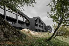 Hotel-facade i Sydtyrol genfortolker lokale byggetraditioner