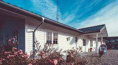 Christian Panbo opfører bæredygtige bjælkehuse med individuelle design