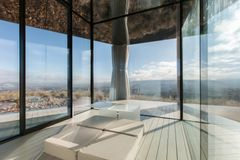 Guardian Glass og OFIS Architects står bag ensomt glashus i ørkenen