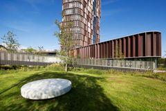 Panum Instituttet bjerger op i et smukt landskab af grønt liv og hvid beton