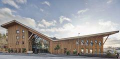 Lindesberg Hälsocenter: Parkmiljø indrammet af glasfacader og glastag