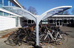 Cyklister parkerer under beskyttende vinger