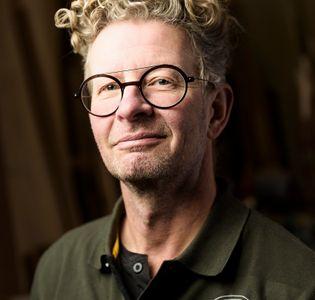 Portræt af møbelsnedker Gert Kjeldtoft: Hjerteblod og værkførerdesign