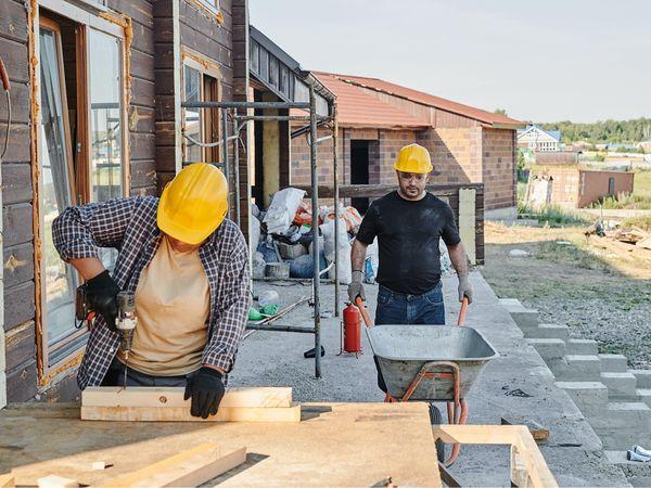 Byggepladsarbejde, Nedrivningsarbejde, Jord- og betonarbejder, Murer- og flisemurerarbejde. Tømrer- og snedkerarbejde, Malerarbejder, Tagdækning, Grave- og anlægsopgaver, Brolægning, Havearbejde, Rengøring- og oprydningsopgaver