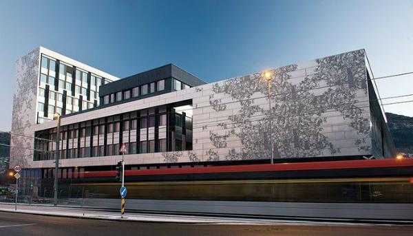 Unik facade giver Højskolen i Bergen ét fælles udtryk