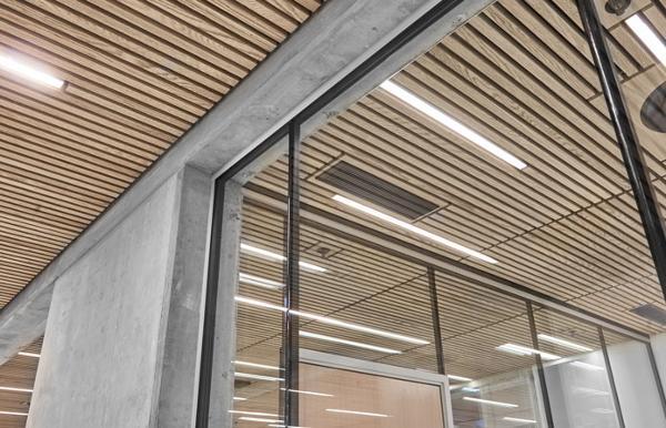 Ombygning med glasvægge fra Triplan hos Udenrigsministeriet i et råt miks af glas og beton