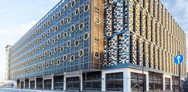 En facade af perforerede plader anvendt til en moderne bygning