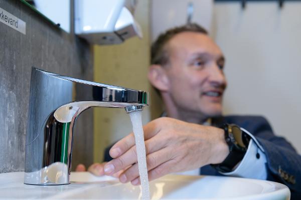 Nye armaturer giver Bakkegårdsskolen markant vandbesparelse