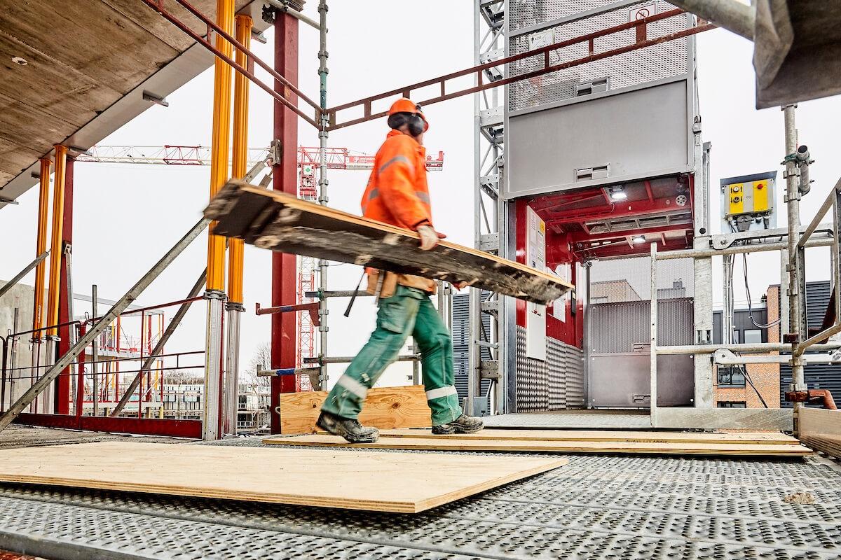 Effektivt materiel- og personhejs til byggepladsen