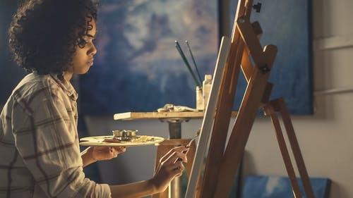 Sådan kan du bruge malerier som en del af din boligindretning
