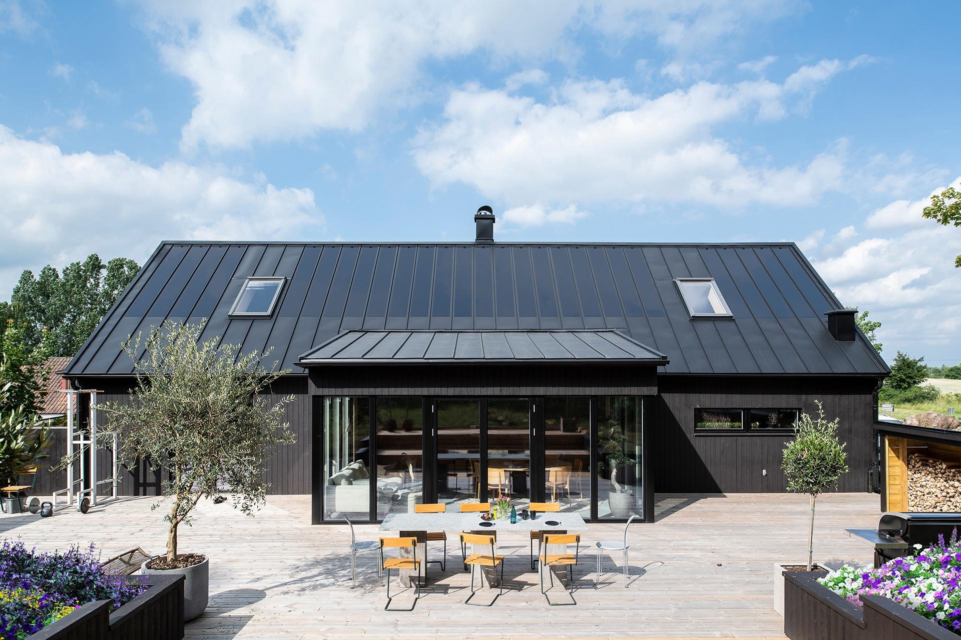 Smukt ståltag med integrerede solceller nomineret til Byggeriets Energipris