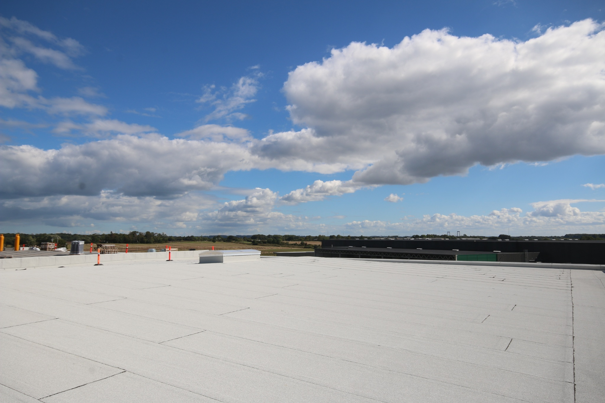 Logistikcenterets hvide tagpap renser luften for skadelige partikler