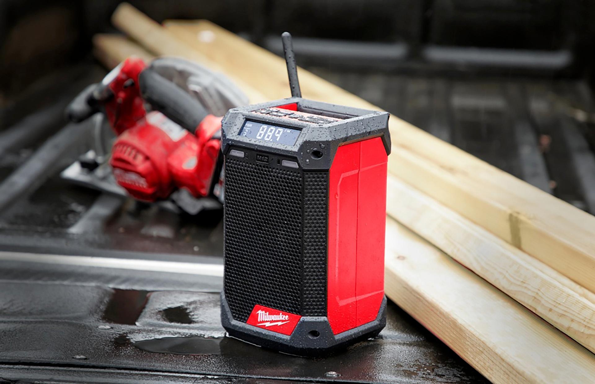 Milwaukee præsenterer M12 DAB+ radioen med oplader