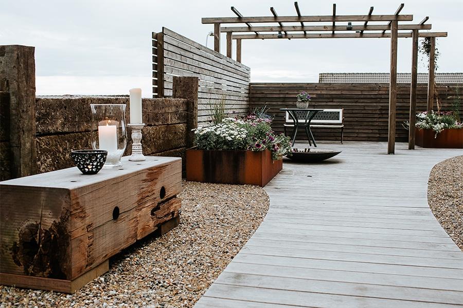 Derfor skal din virksomhed investere i udendørsmøbler i genbrugstræ
