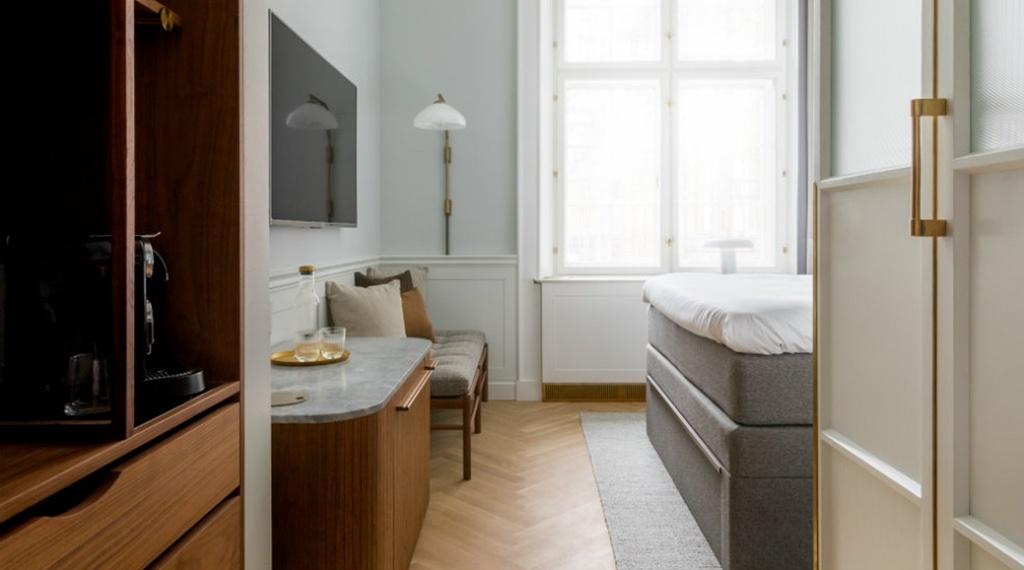 room-tv-on-wall-villa-copenhagen-web