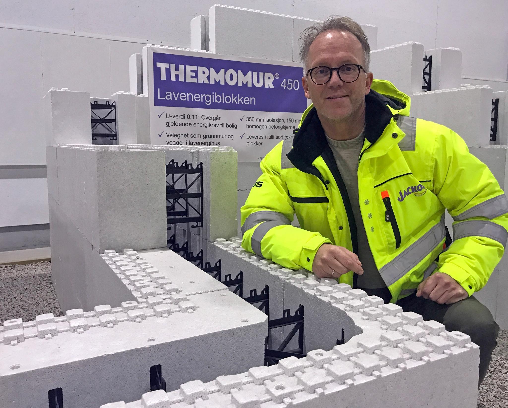 BILLEDE 1 Eivind Olsen viser fram Thermomur 450 lavenergiblokken