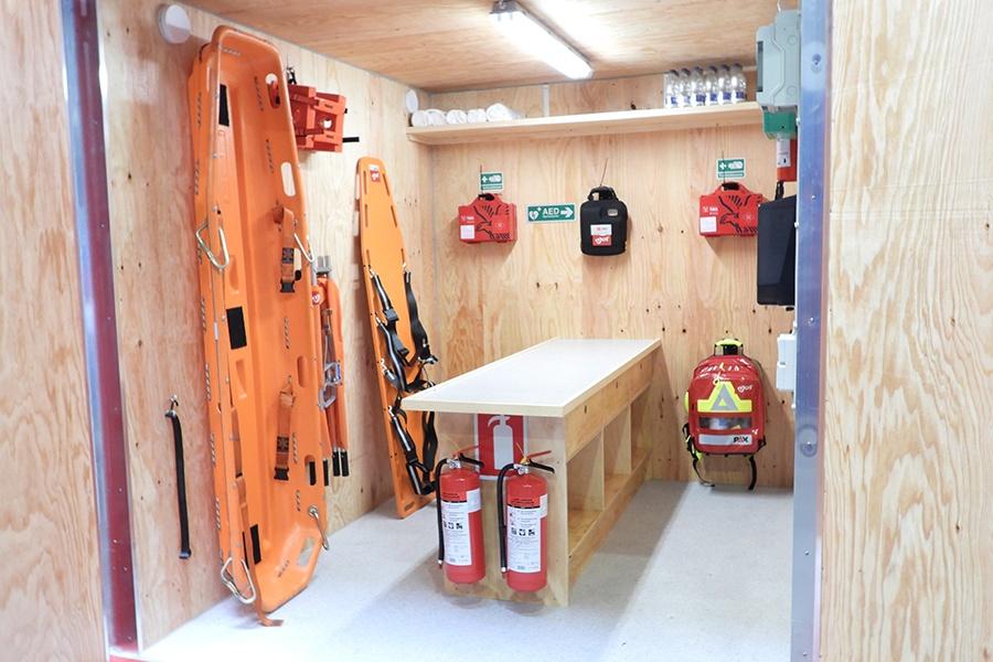 Komplet-beredskab-til-byggepladsen-samlet-i-en-kompakt-container-3-900x600