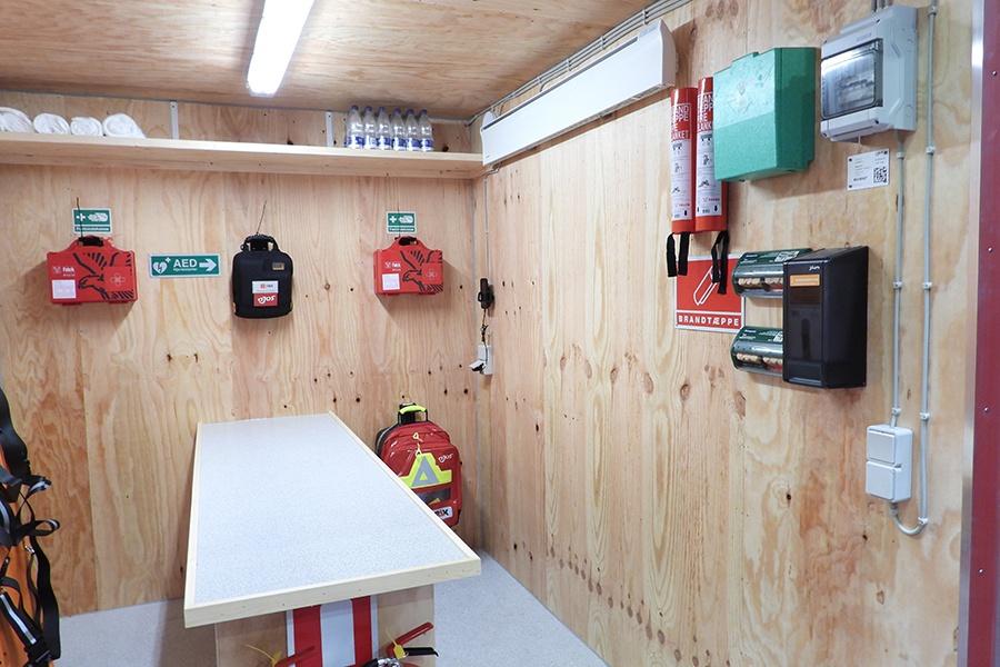 Komplet-beredskab-til-byggepladsen-samlet-i-en-kompakt-container-2-900x600