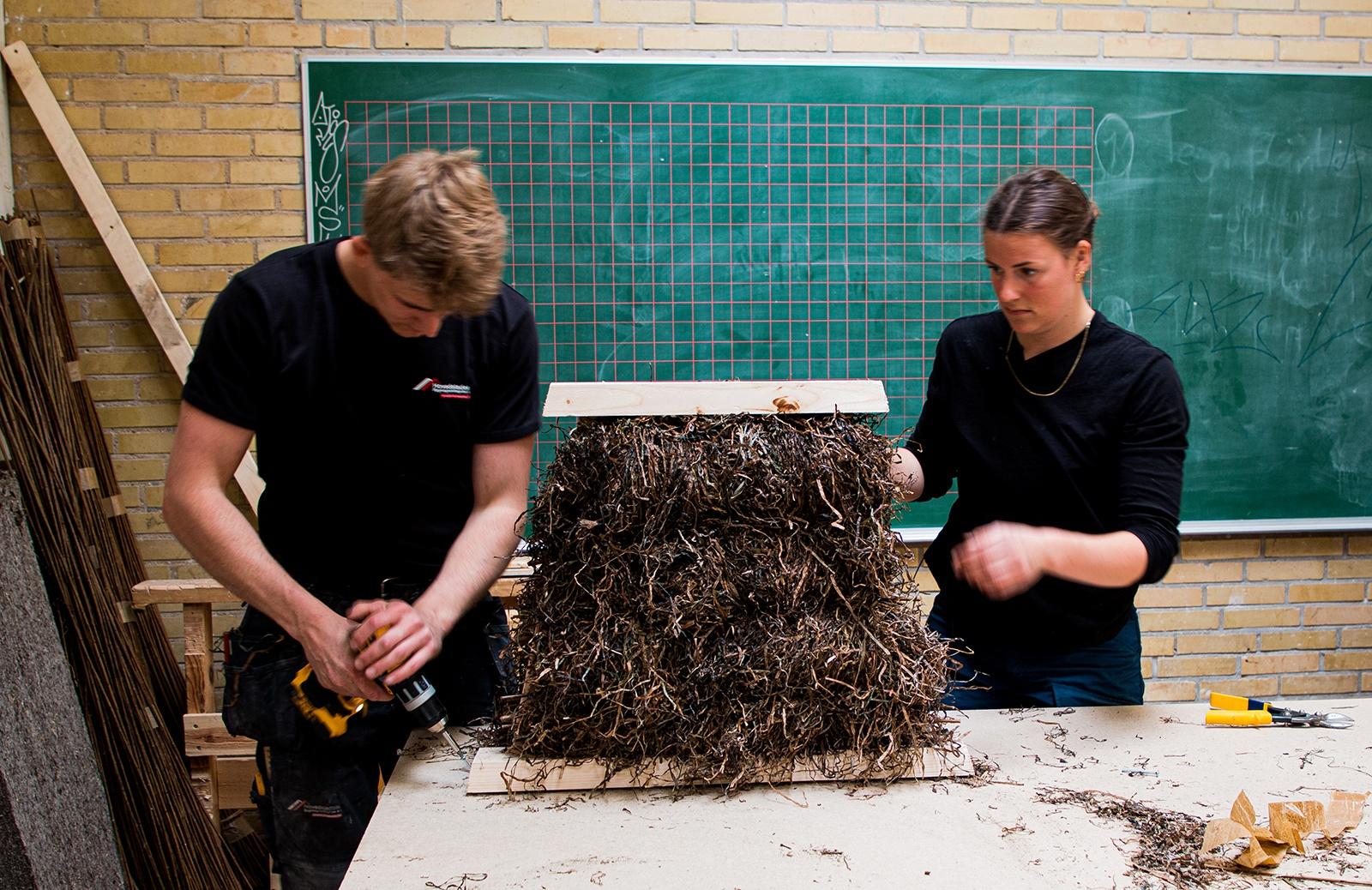 Tømrerelev og arkitektstuderende arbejder sammen om ålegræsløsning som tag_Videnscenter_Håndværk-3651