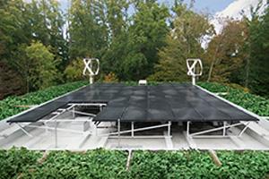 Ved hjælp af solpaneler, vindturbiner og termiske installationer forsyner huset nemlig sig selv med el, vand og varme