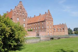 De cirka 9.000 fredede ejendomme og de godt og vel 300.000 bevaringsværdige ejendomme de findes i Danmark udgør en meget begrænset del af landets samlede bygningsmasse.